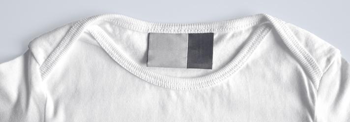 Baby-T-Shirt mit eingefassten Kragen und überlappender Schulterpartie - leichtes An-und Ausziehen durch komfortablen Schnitt